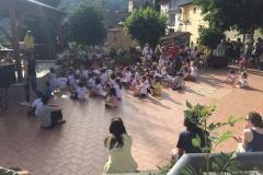 Bambini in festa nella piazza del paese