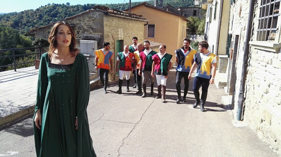 Madama Jessica accompagna i cavalieri sul campo di prova