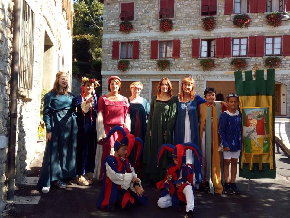 Figuranti con il drappo celebrativo dipinto dal pittore Sir Luca