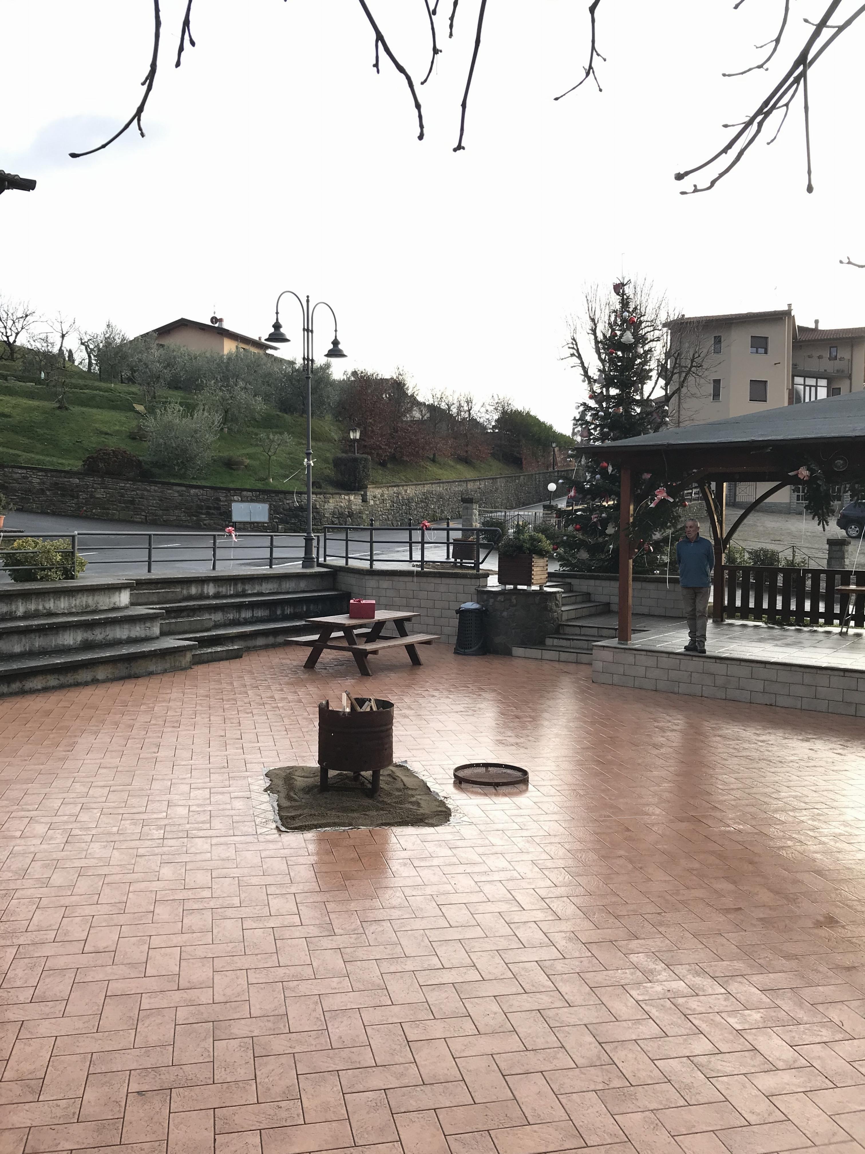 Piazza addobbata a Natale 4
