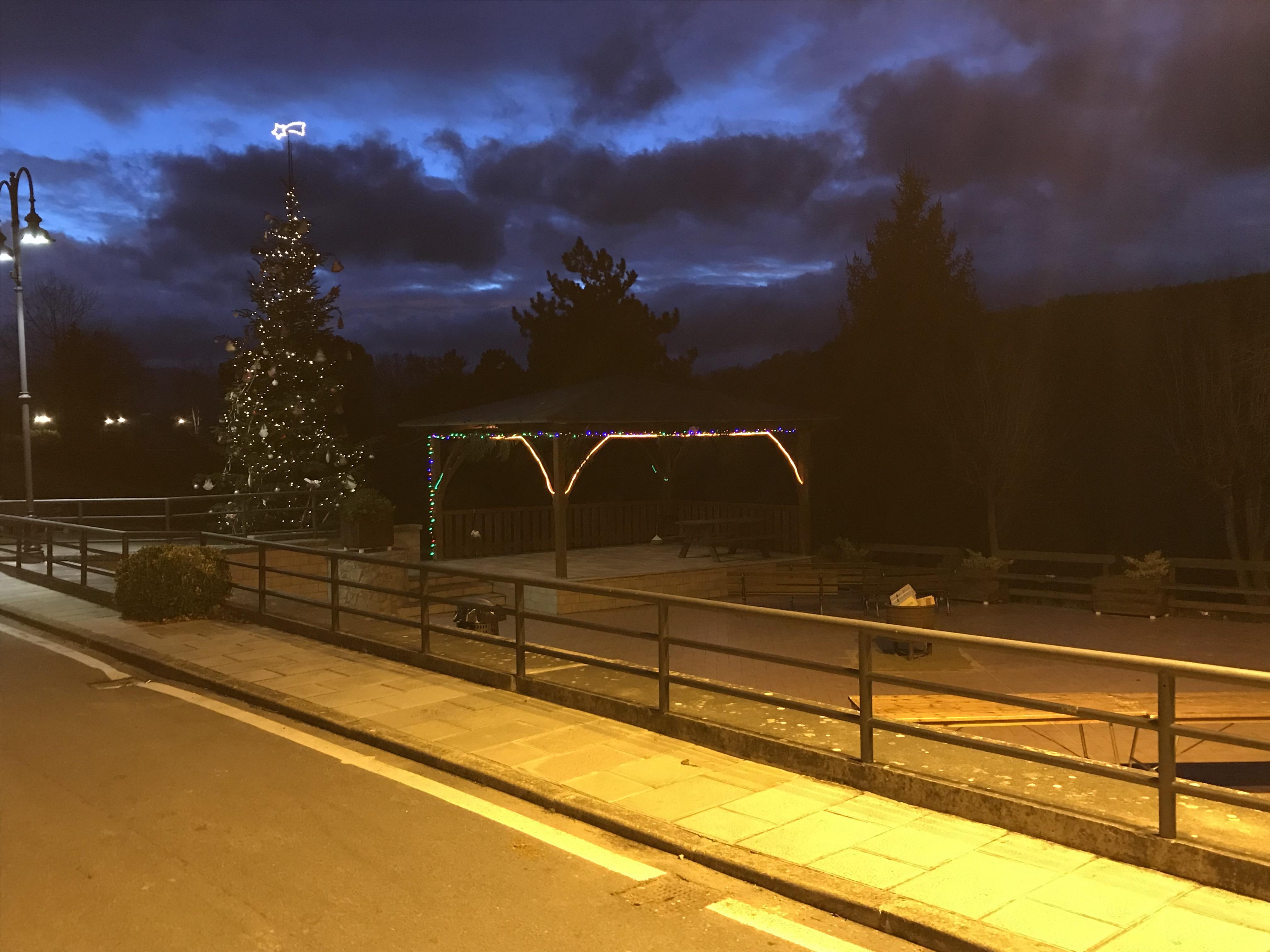 Piazza addobbata a Natale